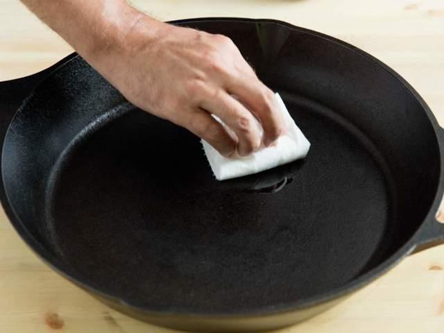 Прокаливание чугунной сковороды перед первым использованием в домашних условиях: подготовка, как прокалить с солью и маслом, как закалить на плите