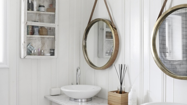 Вешаем зеркало в ванной на плитку: инструменты, декорирование