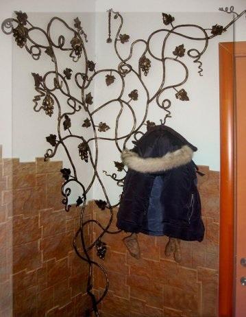 Кованые вешалки в прихожую: настенные и напольные подставки для одежды