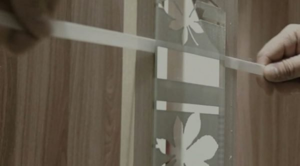 Самостоятельно приклеиваем зеркало к дверце шкафа: пошаговая инструкция