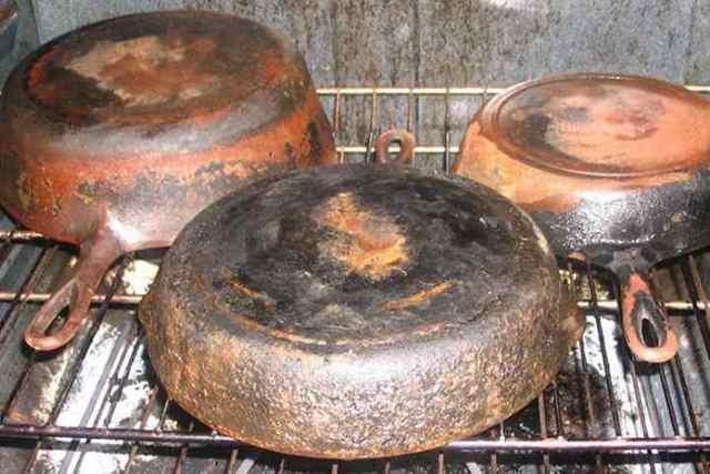 Что делать, если новая чугунная сковорода ржавеет внутри: почему чугун покрывается ржавчиной, как ухаживать