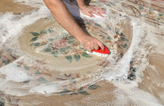 Как почистить ковер в домашних условиях от грязи: сухая чистка без пылесоса