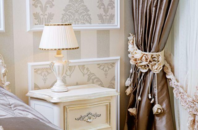 Белые шторы: примеры оформления интерьера гостиной, молочные оттенки портьер