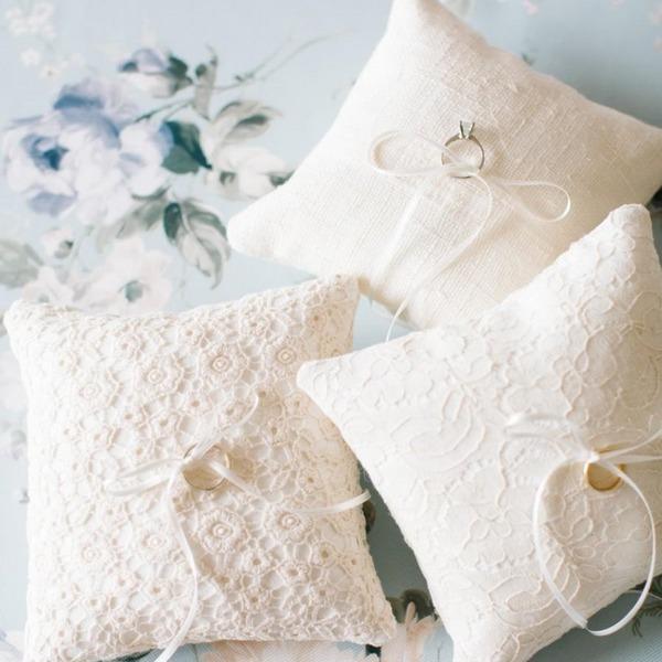 Подушки для свадебных колец: виды, формы, материалы и декор