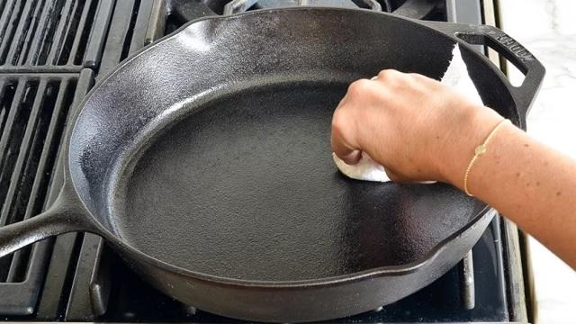 Как очистить сковороду от черного нагара в домашних условиях: как убрать толстый слой гари за 2-5 минут, народные средства