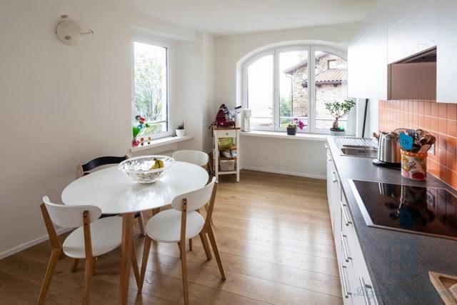 Скатерть на овальный стол для кухни: виниловая, белая и других цветов, достоинства, текстура, материал, размеры