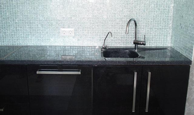 Столешница из жидкого камня для кухни: варианты, изготовление