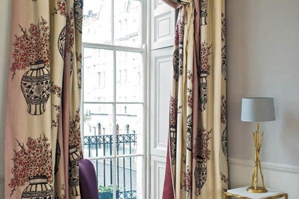 Шторы сетка: крупная, с вышивкой, французская, фото в интерьере зала