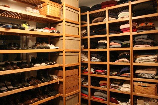 Крепления для полок в шкафу: приемущества и недостатки
