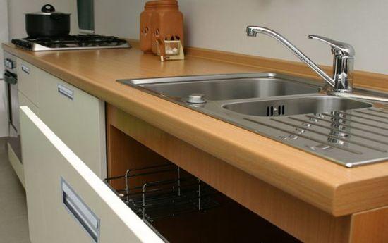Как прикрепить плинтус к кухонной столешнице своими руками.