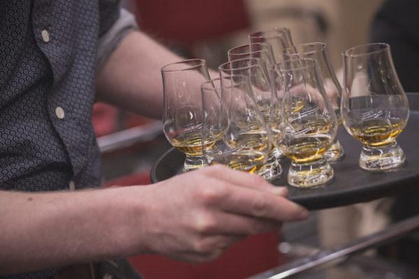 Бокалы для виски: как называются сосуды для дегустации, наборы, оригинальные бокалы-тюльпаны и рокс