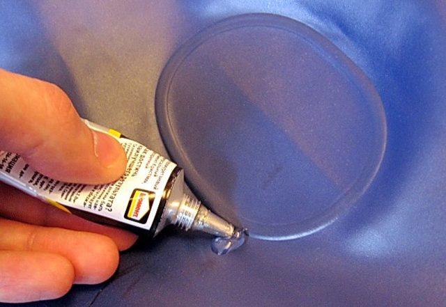 Как заклеить надувной матрас intex в домашних условиях с велюровой стороны?