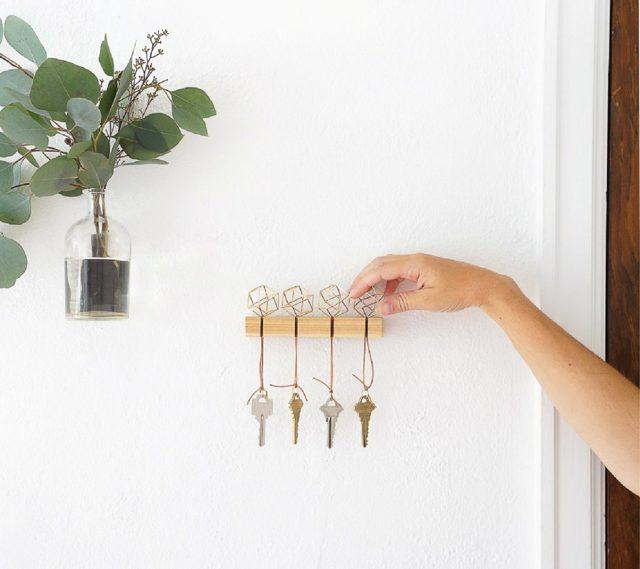 Настенная ключница из коробки или картона: вешалка для ключей из дерева в прихожую