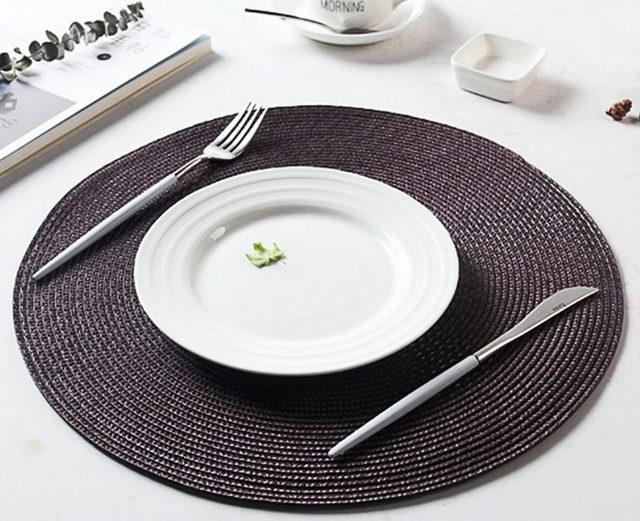 Красивые сервировочные коврики под тарелки: как называются подложки на стол, кожаные, круглые, пластиковые, бамбуковые подставки, как выбрать