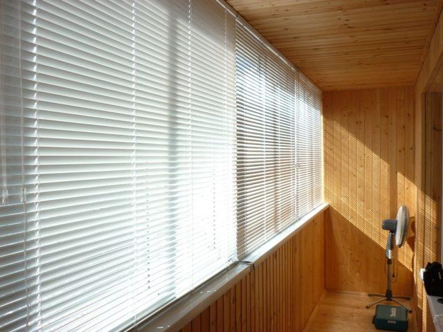 Рулонные шторы на балконе: как крепить на дверь и раздвижные окна