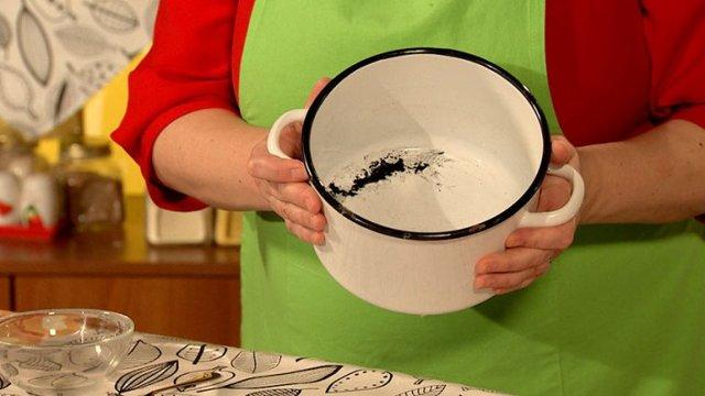 Как очистить кастрюлю от нагара внутри в домашних условиях: как почистить эмалированное дно от гари, как отмыть от пригоревшего жира