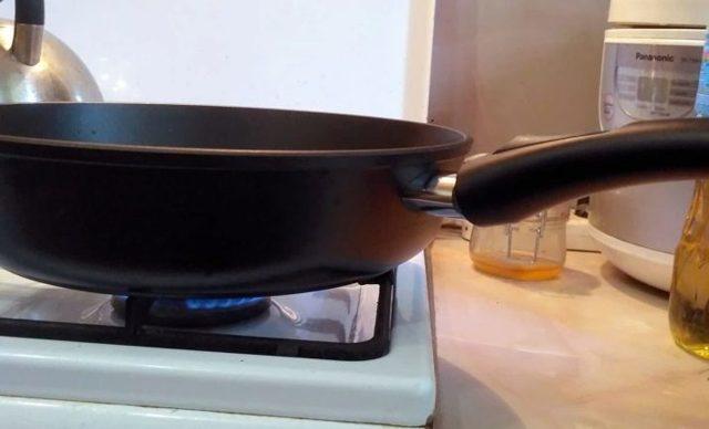 Сковородки фирмы Нева металл: с титановым и каменным покрытием, блинные и сковороды-гриль, чугунные со съемной ручкой и крышкой