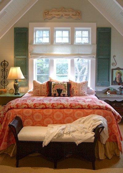 Кровать с изголовьем у окна: плюсы и минусы такого расположения