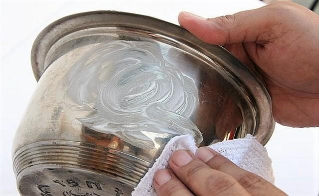 Как правильно очистить до блеска загрязненную сковороду в домашних условиях: как почистить перекисью водорода и содой, удобный и легкий способ чистки снаружи