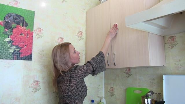 Отмываем жир с кухонной мебели: магазинные и народные средства