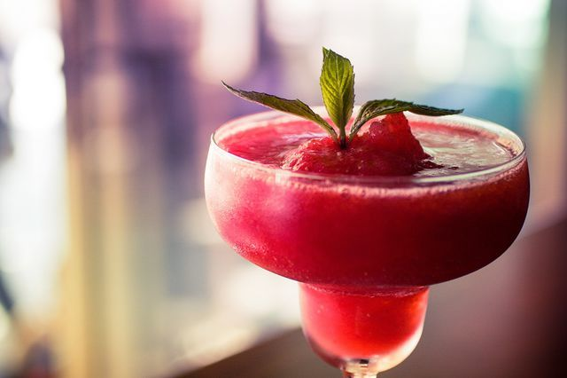 Красивые стаканы для воды и сока на ножке из стекла: преимущества, объем, материалы, популярные производители