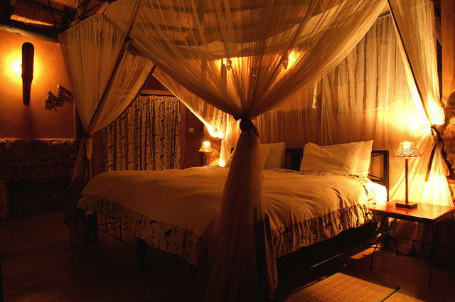 Кровать с балдахином: преимущества и недостатки использования