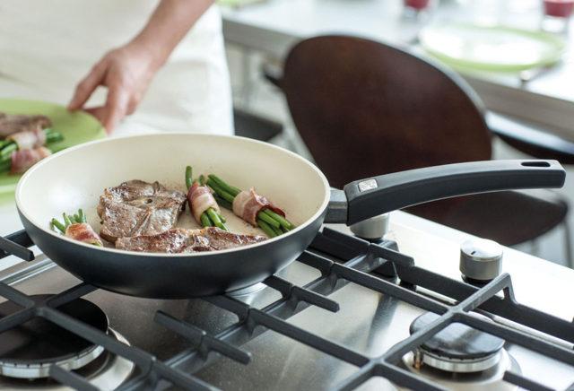 Керамическая сковорода: какое покрытие лучше, керамика или тефлон, как выбрать, чем опасно, вред, плюсы и минусы
