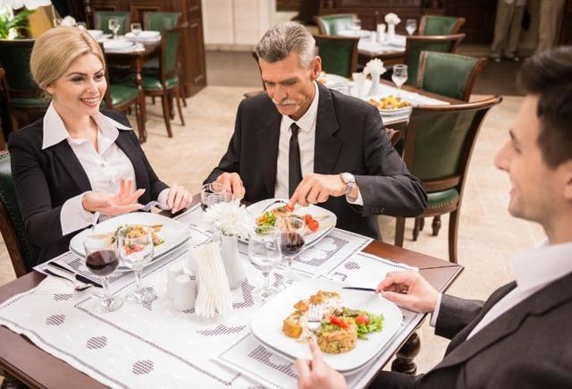 Правила этикета по использованию столовых приборов: правила поведения за столом, расположение приборов на столе и на тарелке