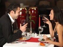В какой руке должны располагаться столовые приборы и как пользоваться столовыми приборами в ресторане