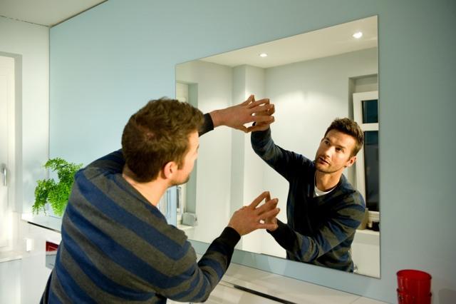 Варианты крепления зеркала на стене своими руками. Фото, видео