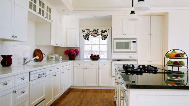 Белый кухонный гарнитур в интерьере. Дизайн кухни в белом цвете