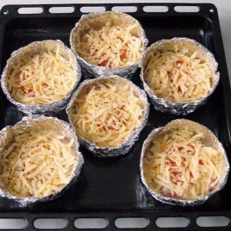 Одноразовые формы для выпечки: производство бумажных и из фольги, как использовать алюминиевые, нужно ли смазывать для кексов