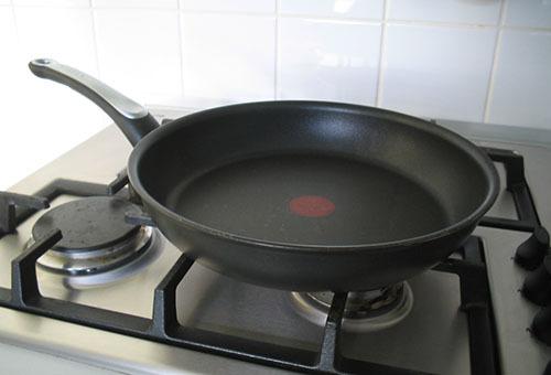 Как очистить сковороду с антипригарным покрытием от нагара и жира в домашних условиях, как почистить пригоревшую сковородку внутри и снаружи