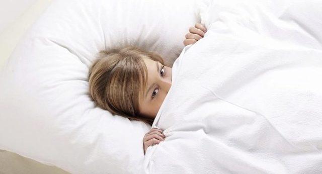 Лучшие лайфхаки по быстрой заправке одеяла в пододеяльник