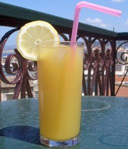 Многоразовые стаканчики с крышкой и трубочкой для напитков (коктейлей, смузи): взрослые и детские, металлическая соломинка для напитков, особенности
