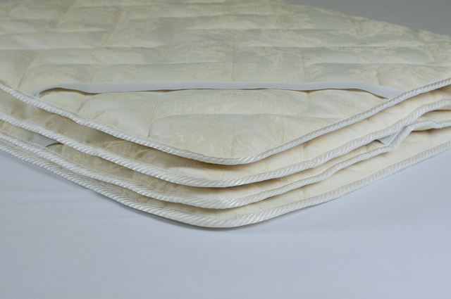 Наматрасник на диван или кровать: виды, предназначение, свойства