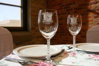 Лазерная гравировка на бокалах: именные стаканы с надписью, виды