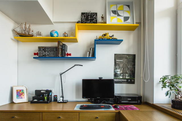 Полки над письменным столом: интресные варианты и конструкции