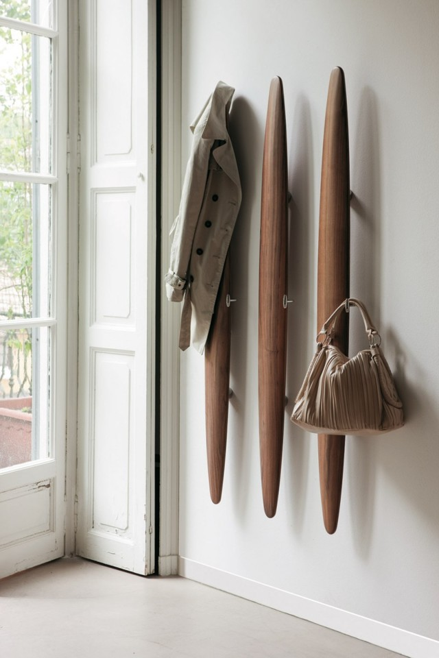 Настенная вешалка из дерева в прихожую, самодельные крючки для оригинальных плечиков