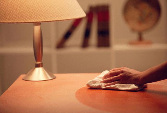 Белые пятна на мебели: почему появляются и как от них избавиться?