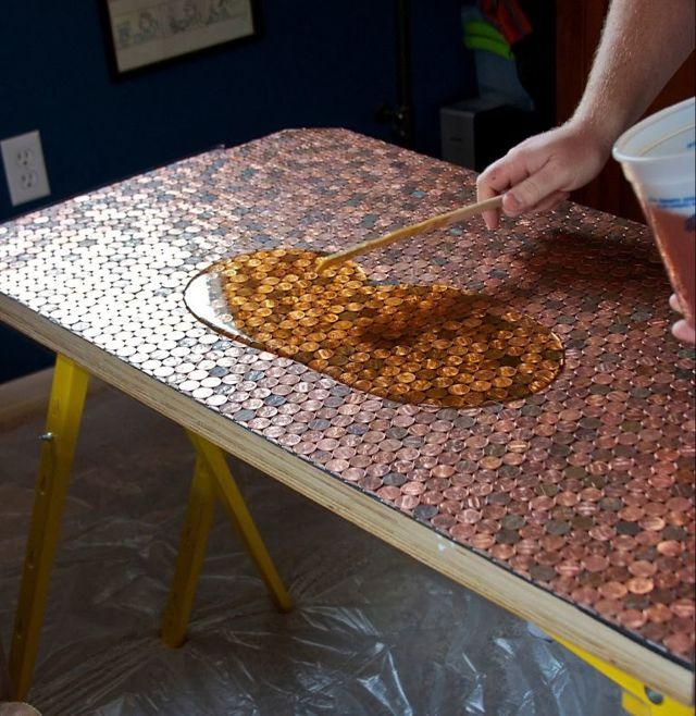 Делаем стол из эпоксидной смолы: преимущества и недостатки