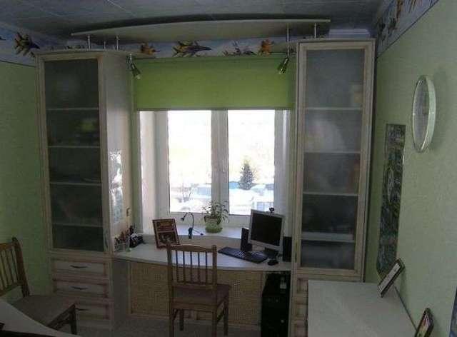 Шкаф вокруг окна: современное решение жилищных проблем