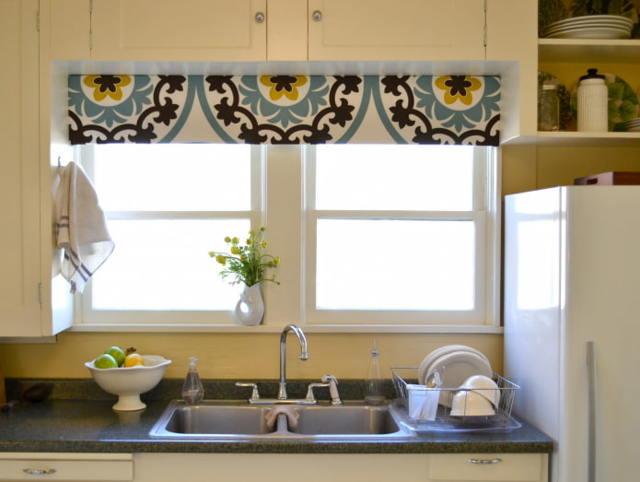 Тюль на кухню: фото, новинки, оригинальные идеи, короткие и с ламбрекеном